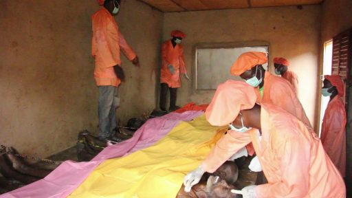 Embaumeurs en activité dans la morgue traditionnelle d'Avogbana au Bénin.